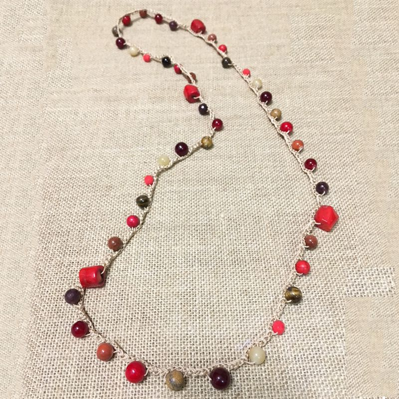 Collar ganchillo beige y piedra natural rojo
